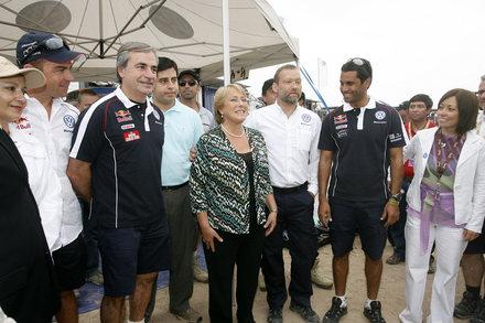 DAKAR_VW_Les_pilotes_et_Michele_Bachelet.jpg