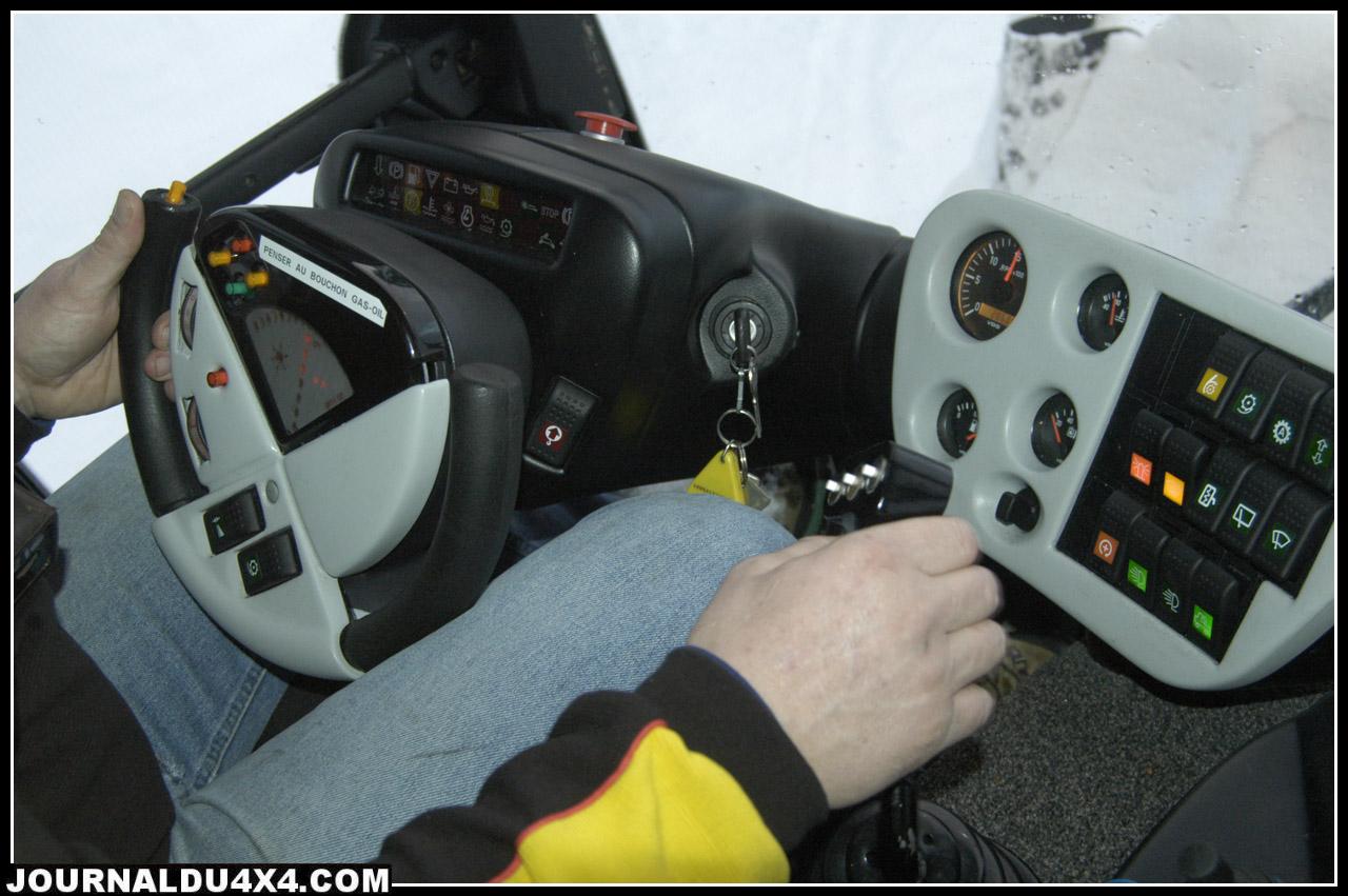 volant et joystick de dameuse