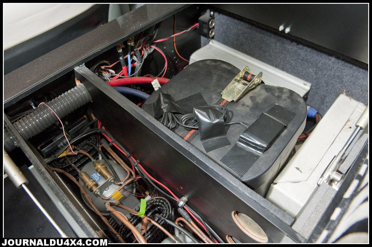 locval technique avec convertisseur et deuxième batterie, à gauche le compresseur du congel