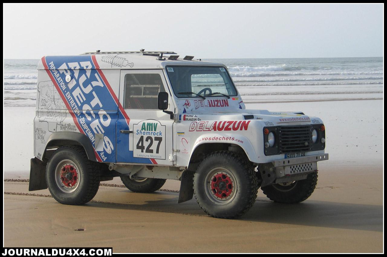 Bientôt le retour dans les sables du désert avec les Bierne père et fils ? Le désert, un terrain qui convient particulièrement à ce puissant V8. Ici, sur le regrétté Shamrock (en 2007) le Def prenait la pose sur la plage à Laâyoune au Maroc.