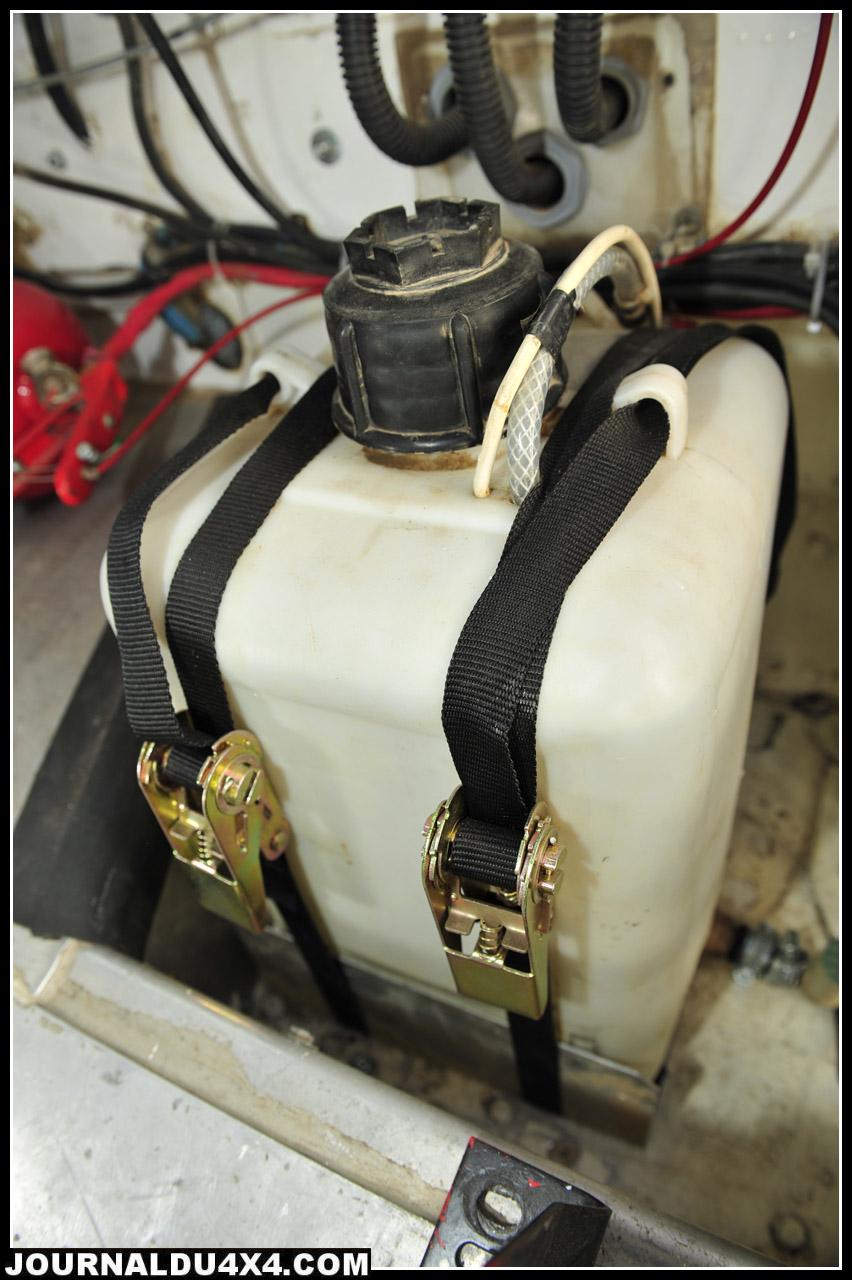 En configuration Endurance, un seul siège baquet, mais la bonbonne de 20L de lave glace côtoie le gros extincteur OMP homologué.