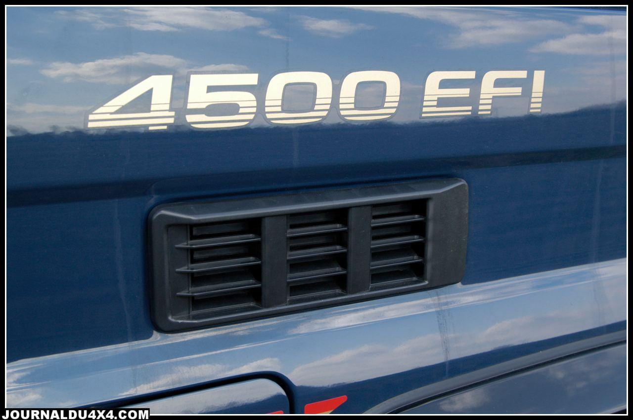 4500 EFI, avec un moteur essence 6 cylindres en ligne, doubles arbres à cames, à injection électronique multipoints de 4477 cm3, 24 soupapes