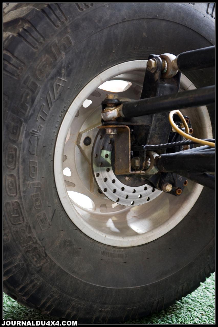 Circuit de freinage: réservoir séparés, l'avant et l'arrière sont indépendants.