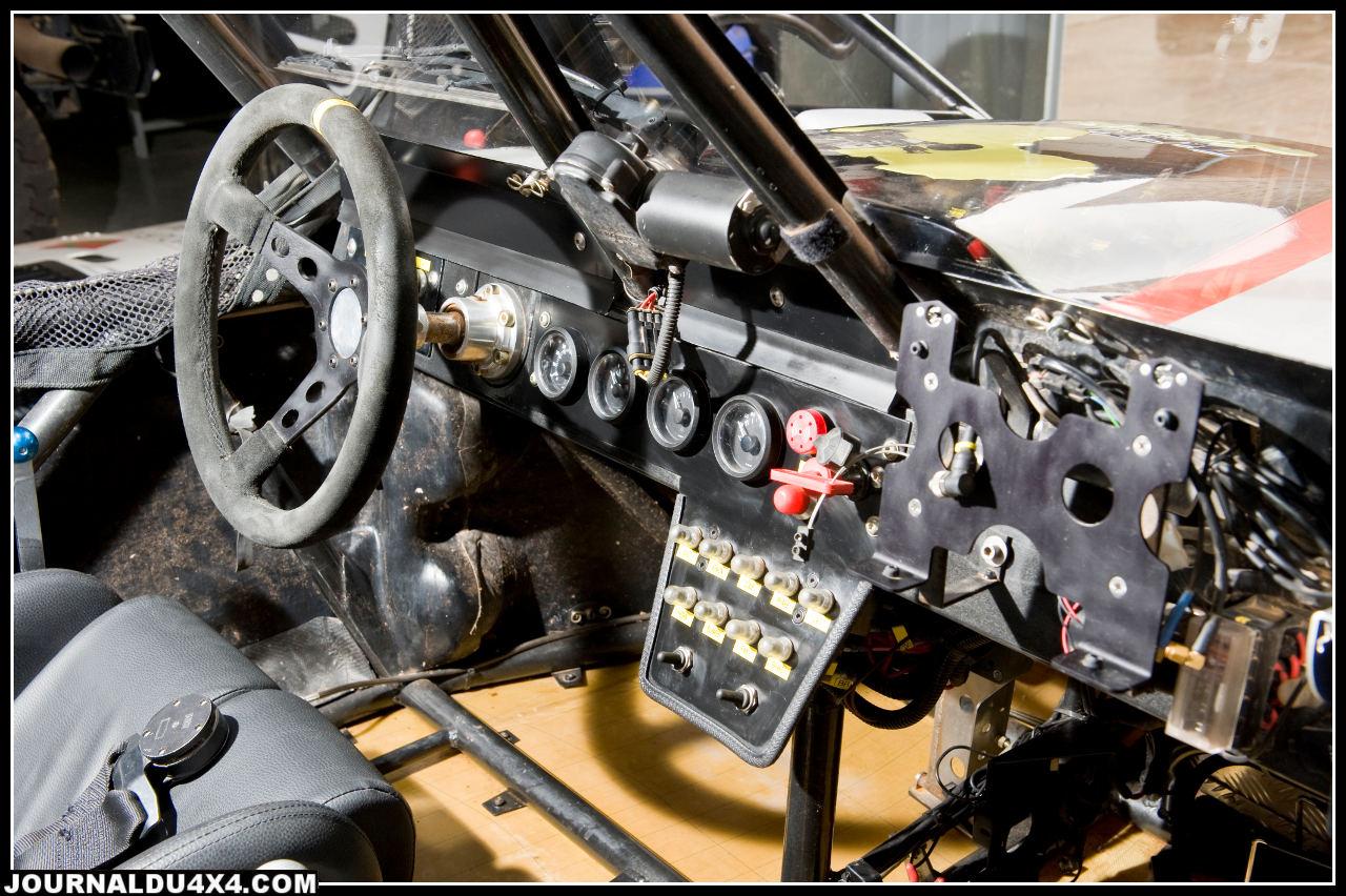 Coupe circuit général au tableau de bord • Compte tour • Jauge de pression d'huile • Jauge de température d'eau