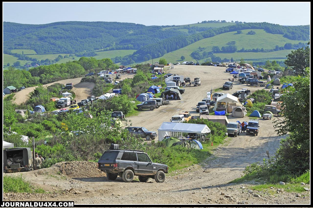 """Comme chaque année depuis 24 ans, le """"Plateau du haut"""" est le lieu favori pour monter son bivouac. On y profite d'une belle vue sur les vallons du Morvan."""