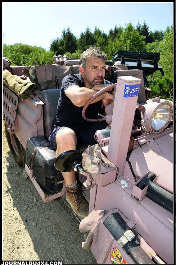 Le comédien Français Philippe Torreton fut la star discrète de cette 24e édition du French National. Venu au volant de son propre Defender 130 Td5, il est assis au volant du rarissime collector couleur rose d'un ami.