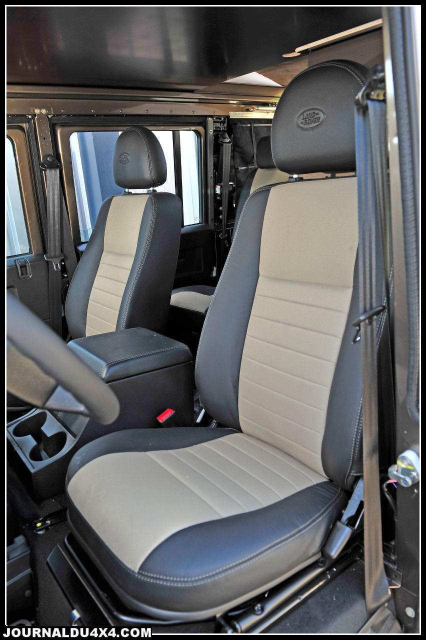 Comme pour l'ensemble de ce Defender, Land Rover on n'a pas lésiné sur le confort. 4 sièges cuir/ tissu transforment les longs parcours en voyage d'agrément.
