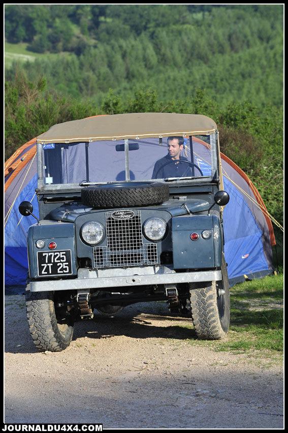 Tous les ans, les néophytes peuvent venir s'instruire. L'histoire de Land Rover défile devant eux. Ici un magnifique Serie I dans son jus d'origine mais à la mécanique entièrement restaurée.