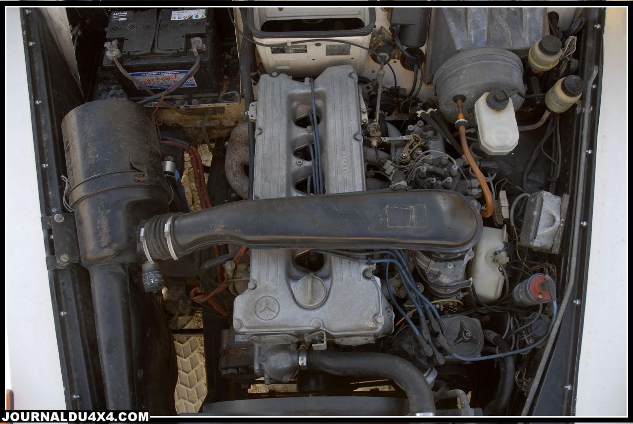 Sous le capot polyester, on (re)découvre le six cylindres en ligne 2,8 L (2746 cm3) essence Mercedes (montés sur les G 460 jusqu'en 1990). Ce solide gaillard équipé de son injection Bosch K-Jetronic développait d'origine 156 Ch à 5250 Tr/mn et un couple de 23 m/Kg à 4250 Tr/mn. Sur la version du Dakar 1983, les performances moteur sont optimisées par l'usine en Allemagne grâce à un gros travail sur le haut moteur et une injection modifié offrant 220 Ch. Le filtre à air, la direction assistée et le système de freins (Disques avant, tambours arrière) restent d'origine.