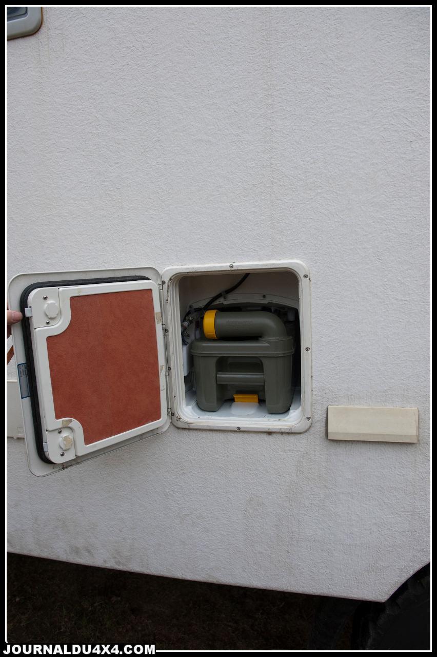 la cassette des wc chimiques est accessible de l'extérieur