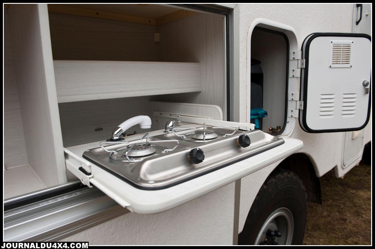 Une plaque de cuisson extérieur est logée dans un coffre, à vous la cuisine de plein air.