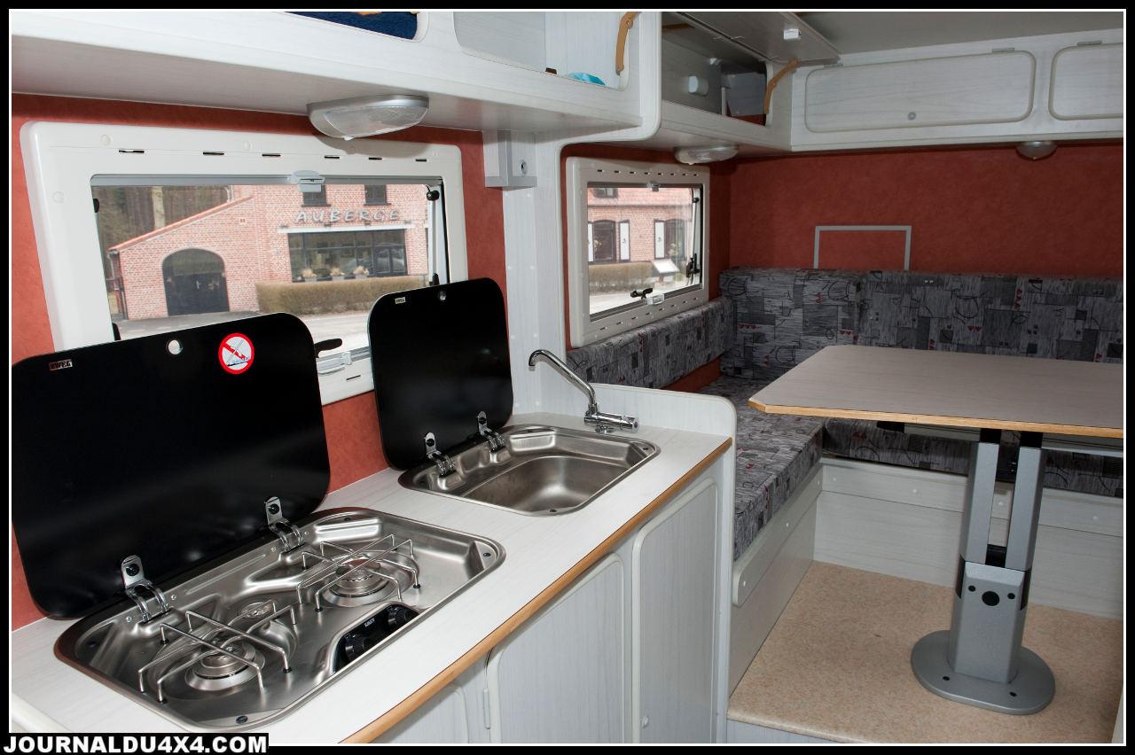 Côté cuisine l'équipement est complet : plaque deux feux et évier.