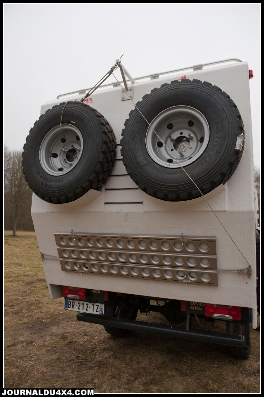 Deux roues de secours sont disposées sur l'arrière et peuvent être descendues grâce à un palan. Très accessibles juste en dessous sont fixées deux plaques de désensablement.
