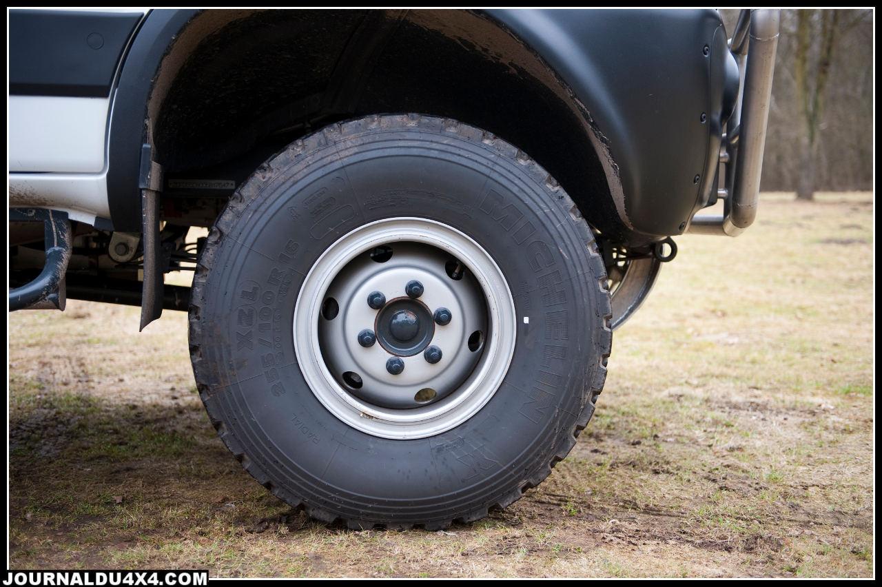 Les pneus ZXL ont des pavés de gommes caractéristiques qui ressemblent à des empreintes de pattes de chameau. Ils sont montés sur des jantes à cerclage.