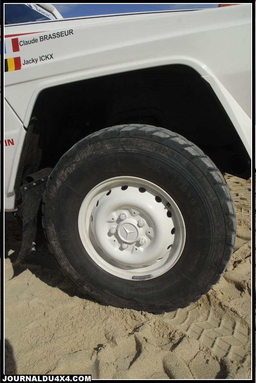 Michelin Allemagne contribuera aussi au projet en fournissant son pneumatique Off road par excellence de l'époque;  Le XS.  Un dessin si particulier aux larges pavés pour ce pneu exclusivement sable. Une enveloppe aux flancs indestructibles (Jusqu'à 12 plies) qui permettait de rouler en basse pression dans le sable peu porteur. Ici, la dimension 750 R 16 (215 R 16 d'origine) montés sur jantes tôle Mercedes offrent sur le Dakar quelques centimètres de garde au sol supplémentaire.