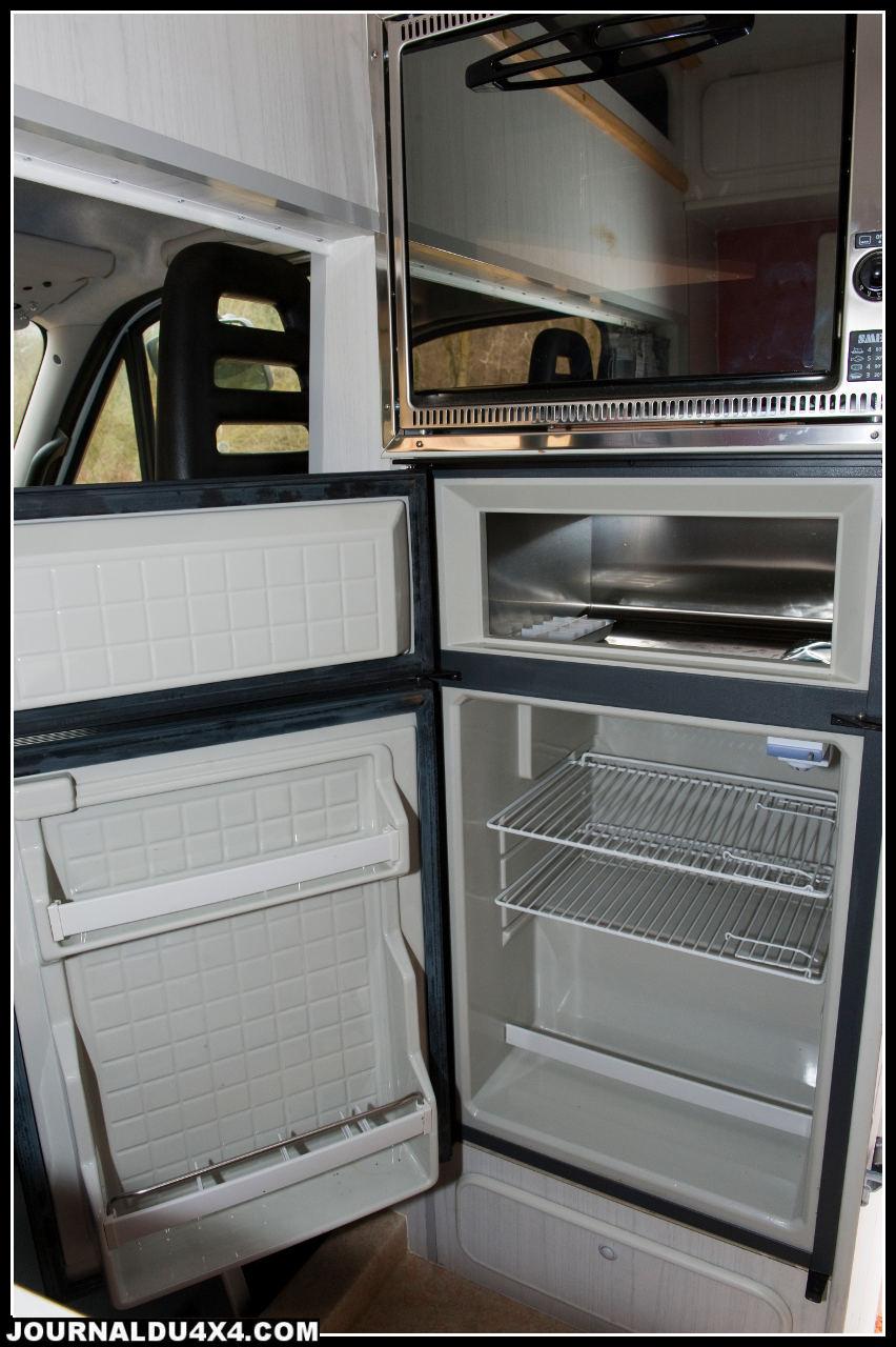 Le frigo et le congélateur permettent de garder les provisions au frais, ils sont alimentés comme les autres éléments électriques de la cellule par une batterie additionnelle.Le four apporte la touche luxueuse à l'aménagement, mais le gâteau dominical, ça n'a pas de prix.