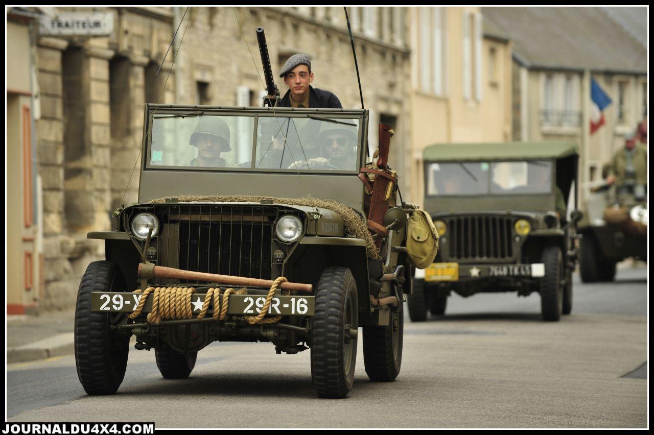 """Une Jeep """"Slat grill"""" dans les rues de Normandie, le symbole du souvenir. Une Jeep née entre Septembre 1941 et 1945, c'est aujourd'hui un véritable collector très recherché. La calandre en fer forgé """" Slat grill"""" classe une Jeep parmis les """"Earlier"""", autrement dit les premières à avoir été fabriquées."""