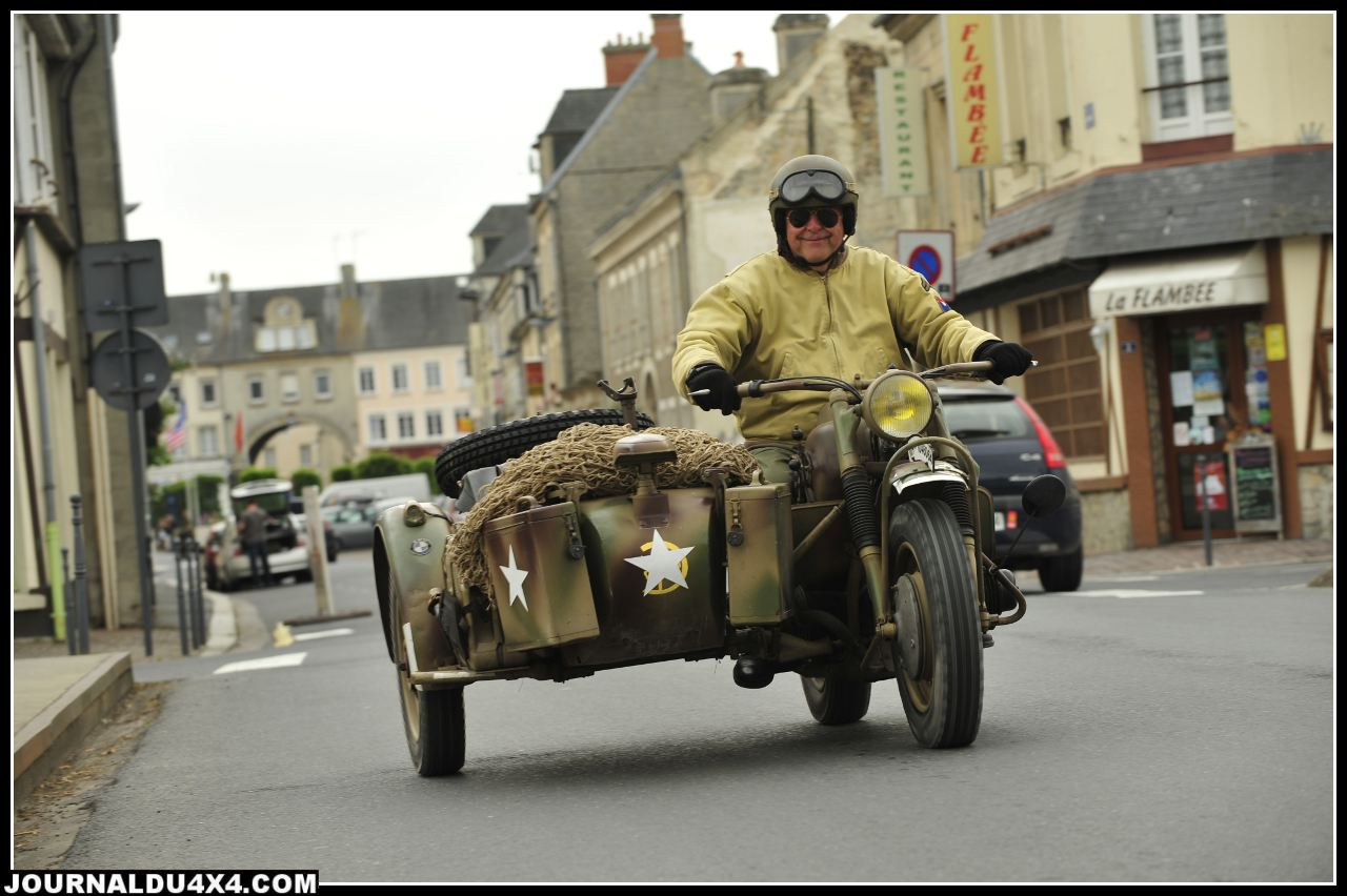 Les défilés avec les véhicules militaires de l'époque restaurés, restent des moments très attendus. Le défilé commémoratif d'Isigny- Sur- Mer (Calvados), fait partie des plus grandes manifestations. Willys et Ford magnifiquement restaurées comblent aussi les passionnés de Jeep amoureux des pièces rares.