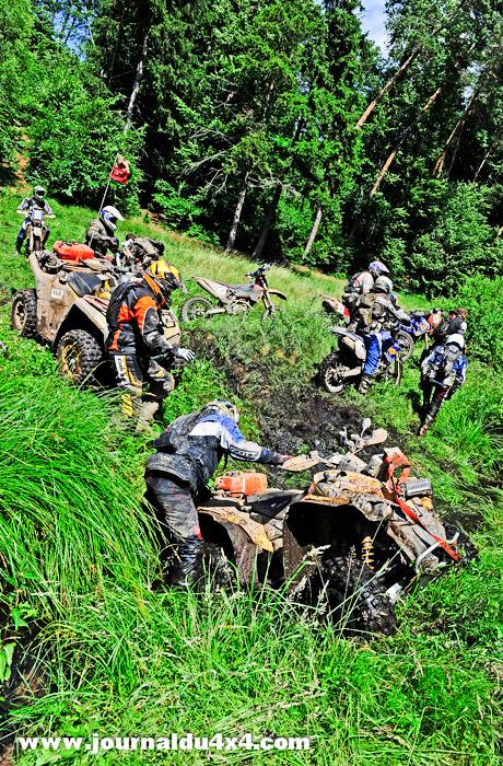 Ce simple fossé s'avère rapidement infranchissable même par les motos qui d'habitude passent facilement.