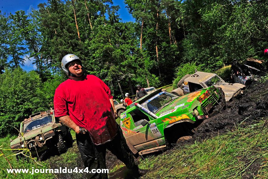 On joue la galère dans la bonne humeur comme Andreas Pflug copilote du Range Rover n°215 qui est aussi le webmaster du site du Breslau. Un sacré gaillard qui occupait ce matin la seconde place auto de l'étape avant de rester tanqué…Trop longtemps.
