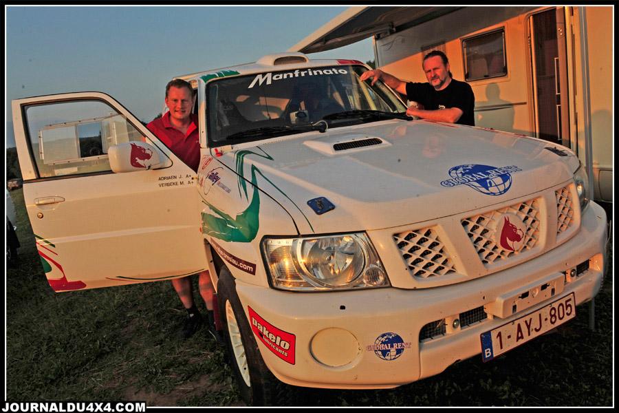 """Les 12 autos de la catégorie """"Cross Country"""" qui débutaient leur course hier, ne furent pas à la fête face aux conditions météo. Par exemple, l'équipage Belge Adriaen/ Verbeke et leur Patrol 6 cylindres essence (ex Technosport), rentreront à 4h du matin avec une auto fatiguée."""