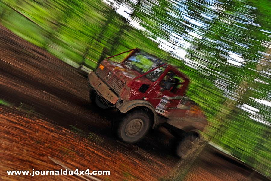 Les camions toujours aussi spectaculaires ont connu bien des difficultés eux aussi, mais une fois libérés de la fange, c'est à fond dans la forêt.