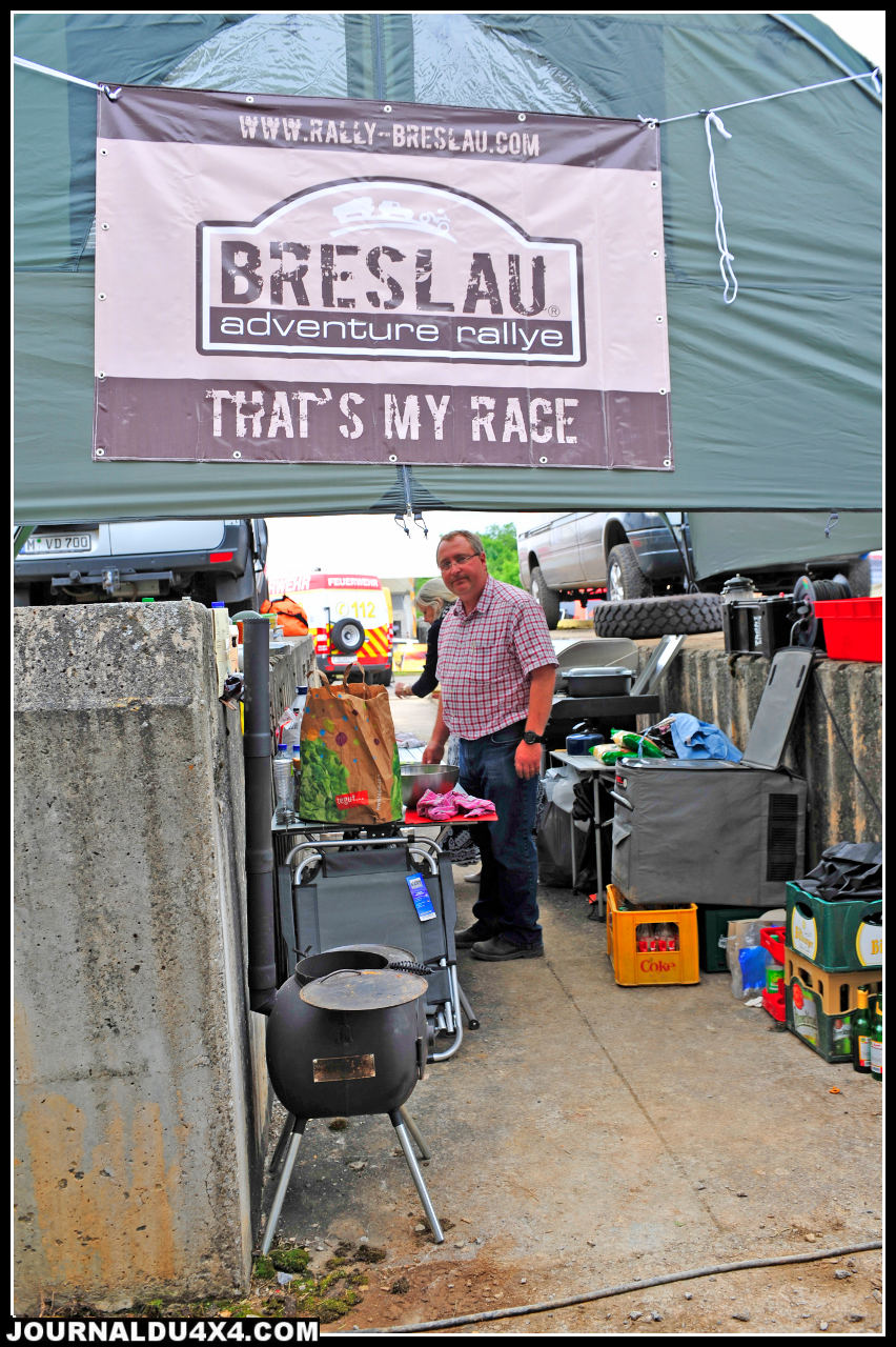 Respectant la tradition de convivialité du Breslau, Chris Armelin avait de quoi jouer les étapes ravitaillement sur ce marathon de Bad Kissingen. Responsable de la communication, de la presse des concurrents Français et des partenaires du Breslau Rally, il est en plus un fin cuisinier. Quand on vous dit qu'il a plusieurs casquettes, ce n'est usurpé.