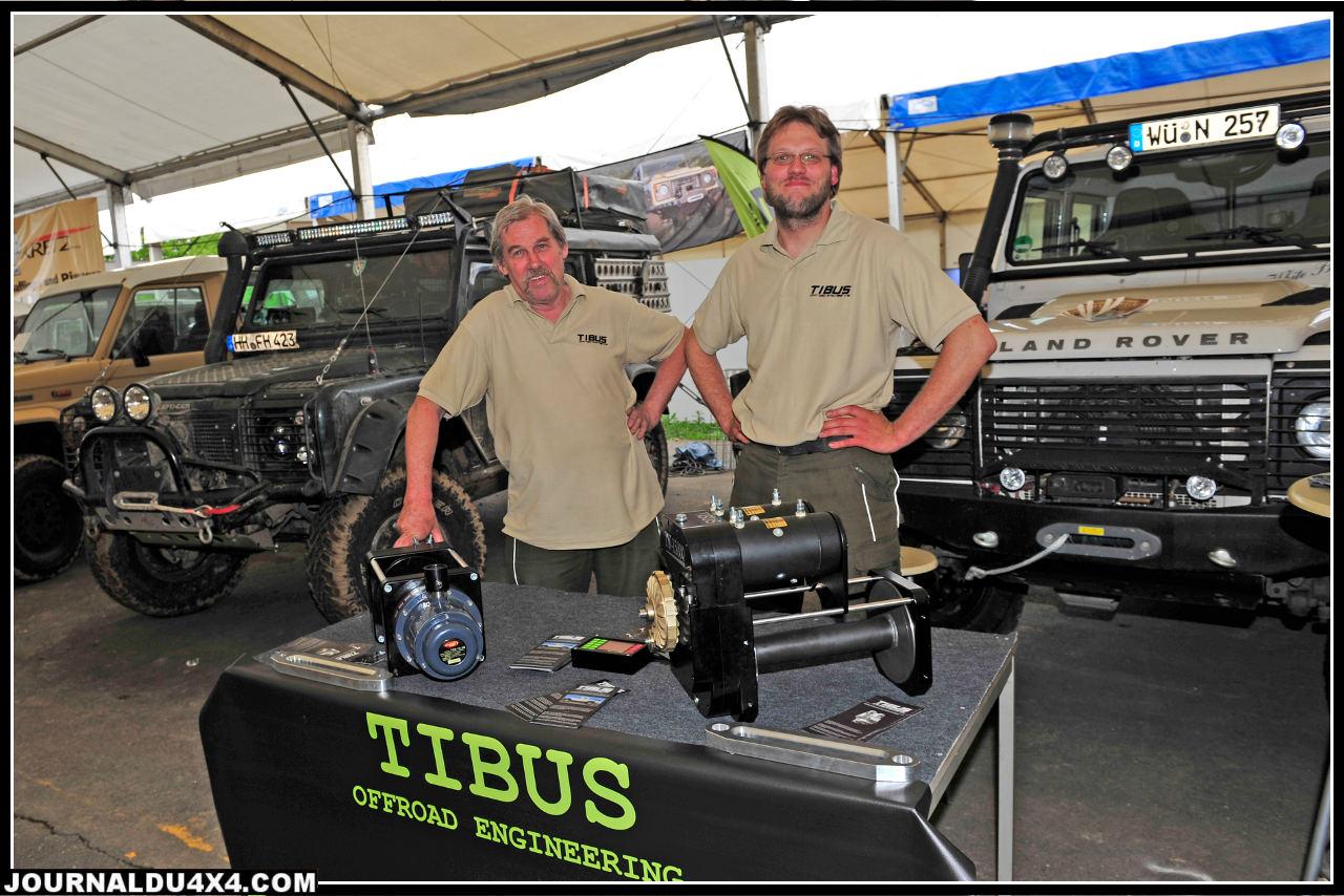 """ici, on ne fait pas que dans l'accessoire voyage. La famille Tibus (Wolfgang et Daniel) présentent ici des produits de grande qualité dédié aux Land Rover avec un kit """"ponts portiques"""" affiché à moins de 12 000€. En revanche le treuil Tibus TW 15000 et ses deux moteurs (6,8 ch chacun), s'adapte sur tous les modèles de 4x4. Tarif 3 500 €."""