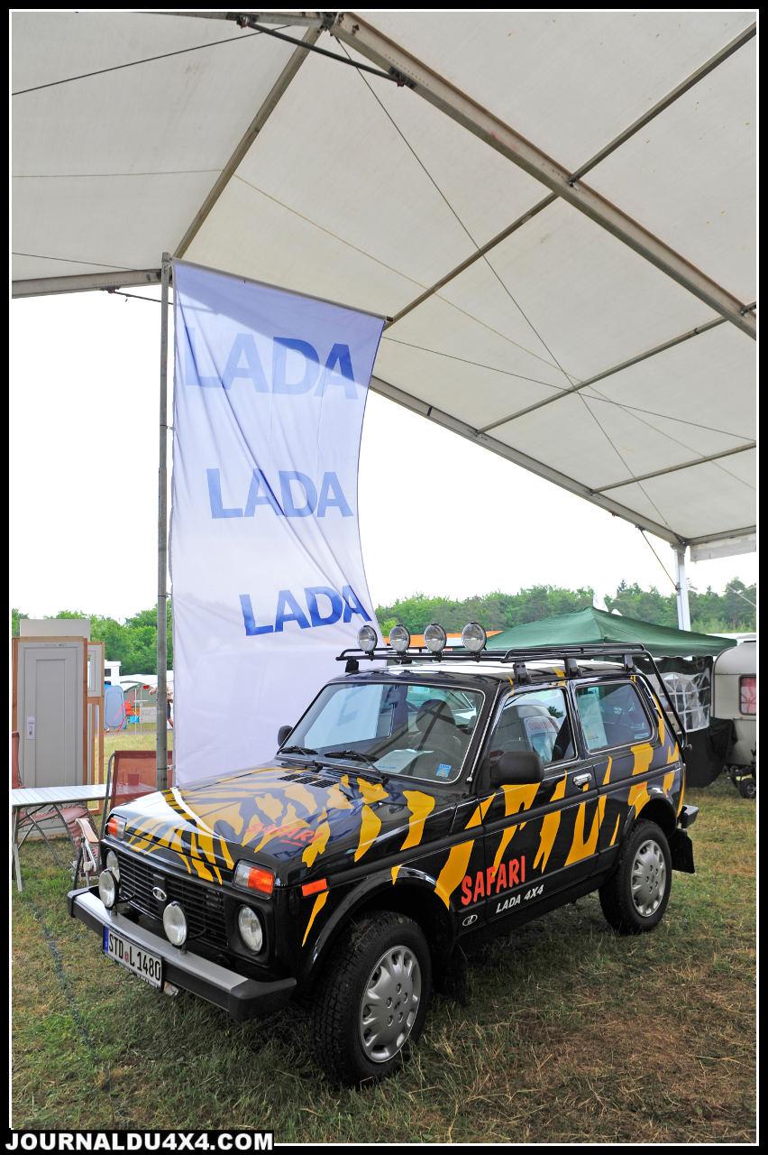 Malgré ses couleurs d'apparat, notre Lada Niva du jour à 9 490 € semble bien seule et bien loin des standards minimums actuels.