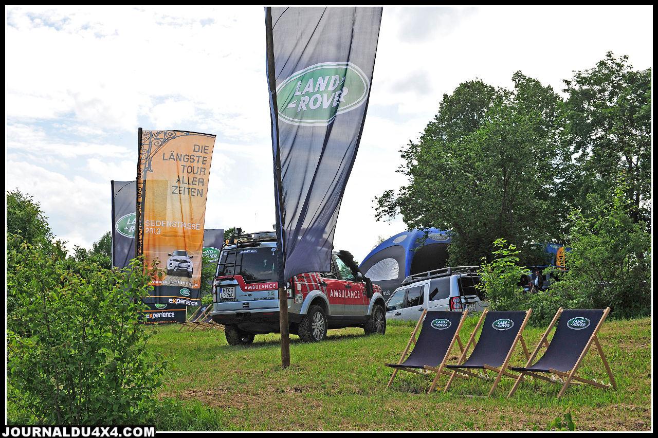"""Land Rover Allemagne s'est offert le plus bel espace de verdure de ce salon 2012 et joue à fond la carte de l'Off road et de l'utilitaire dans le confort. Alors que Camel Trophy et G4 Challenge font partie du passé, un parcours """"Agility"""" typiquement Land Rover Expérience permettait durant ce salon de gagner sa place lors d'un raid en Evoque qui partira de Berlin pour rejoindre la Chine. Exemple à suivre!"""