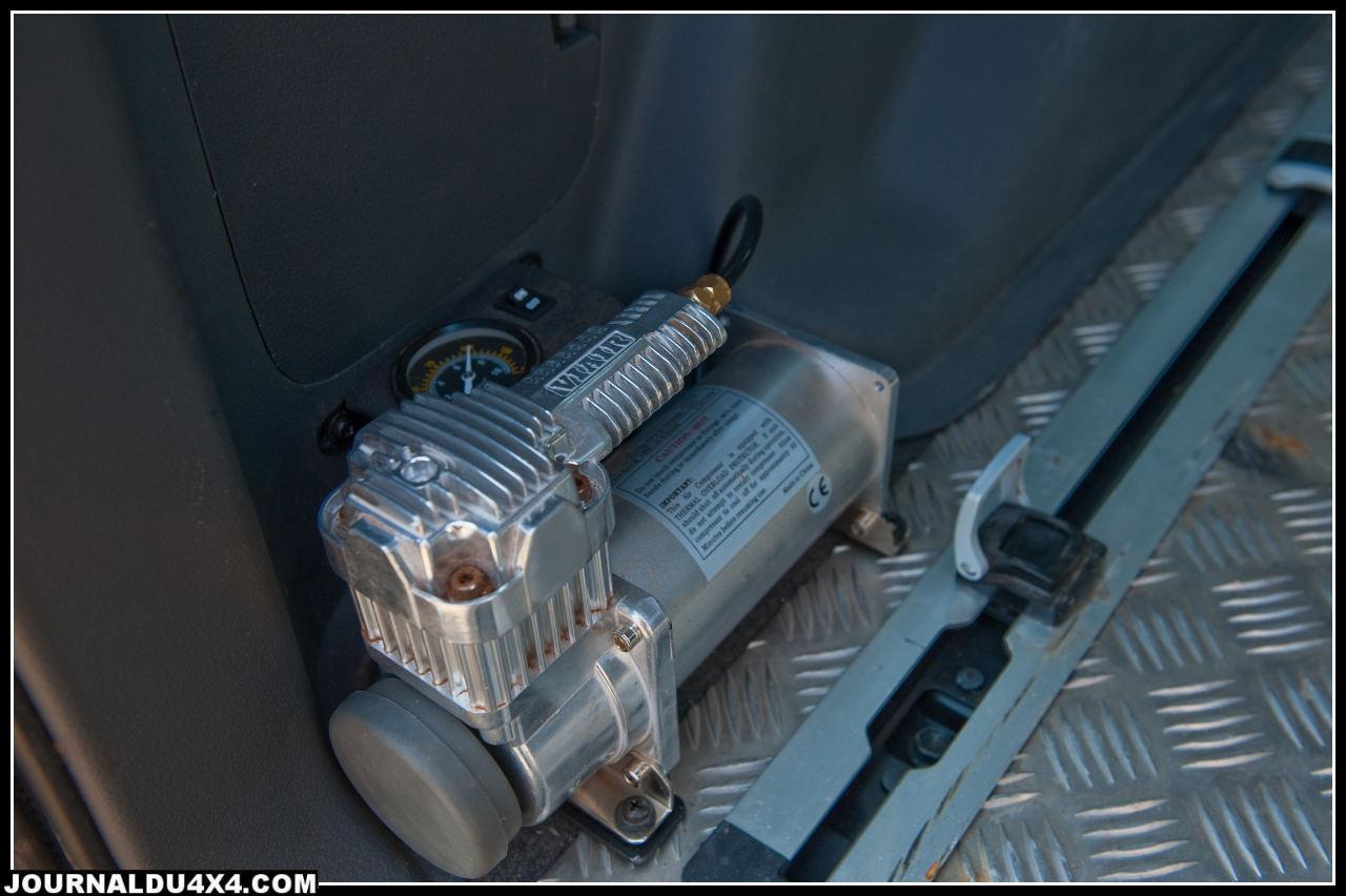Un kit complet Viair comprenant le compresseur et une bonbonne a été installé, la bonbonne est cachée derrière les garnitures. Un manomètre permet de vérifier le bon fonctionnement et la pression de la réserve d'air.