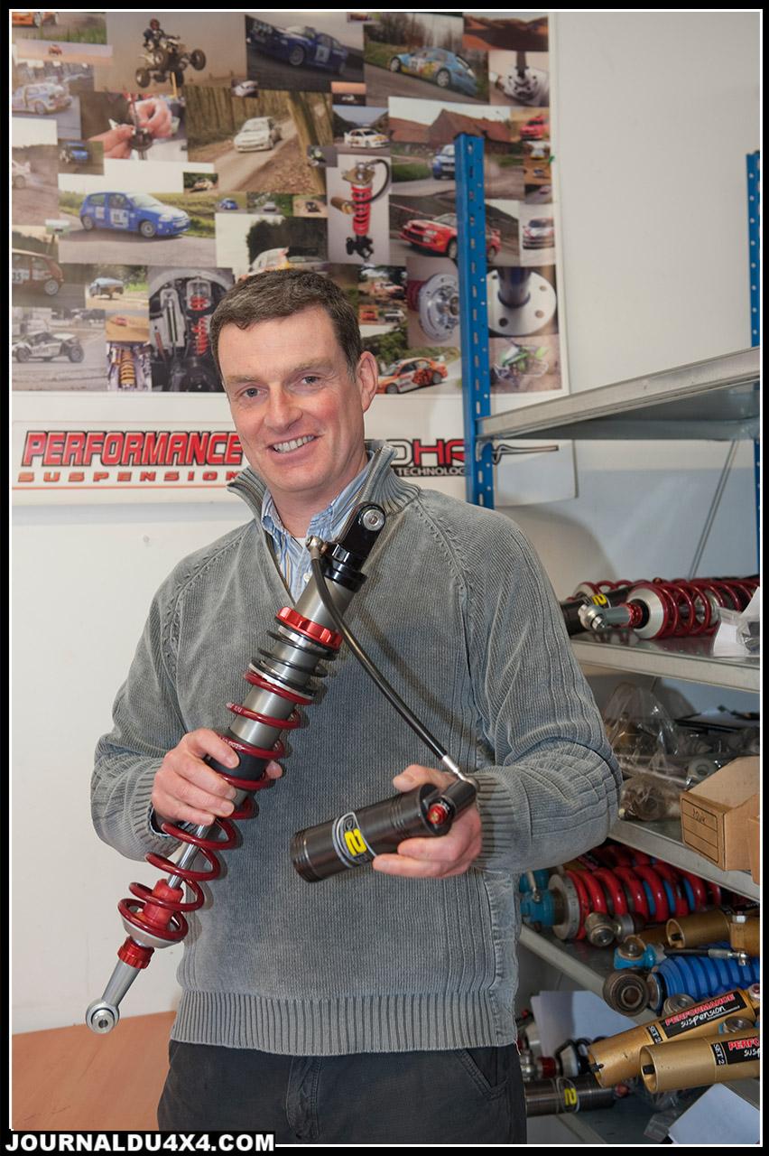 Mauric Defaut le boss de Performance Suspension tient un combiné ressort amortisseur de la gamme C2P