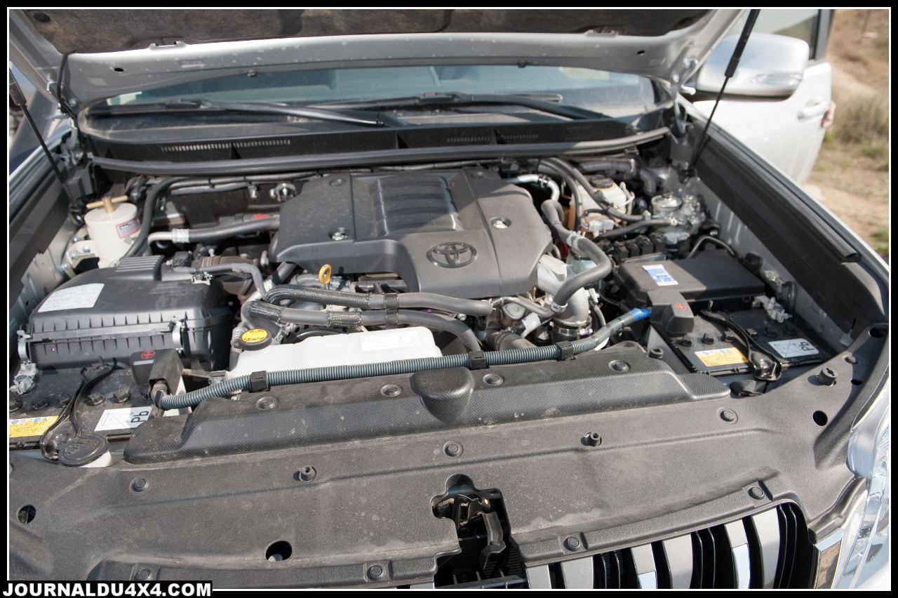 Le moteur D4D à turbo à géométrie variable développe 190 ch d'origine, ici on lui a rajouté un boîtier dont Modul'Auto a le secret qui permet de gagner près de 40ch et du couple, tout ce qu'il faut pour les dunes. Sous le capot, on trouve aussi un préfiltre à gasoil qui empêche l'eau ainsi que les fines particules contenues dans un carburant de mauvaise qualité d'abîmer les injecteurs à haute pression.