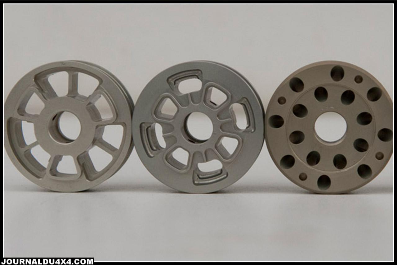 différents modèles de pistons, les orifices sont destinés à laisser s'écouler plus ou moins rapidement l'huile de l'amortisseur et de manière différente entre la compression et la détente et donnent des valeurs d'amortissement différents.