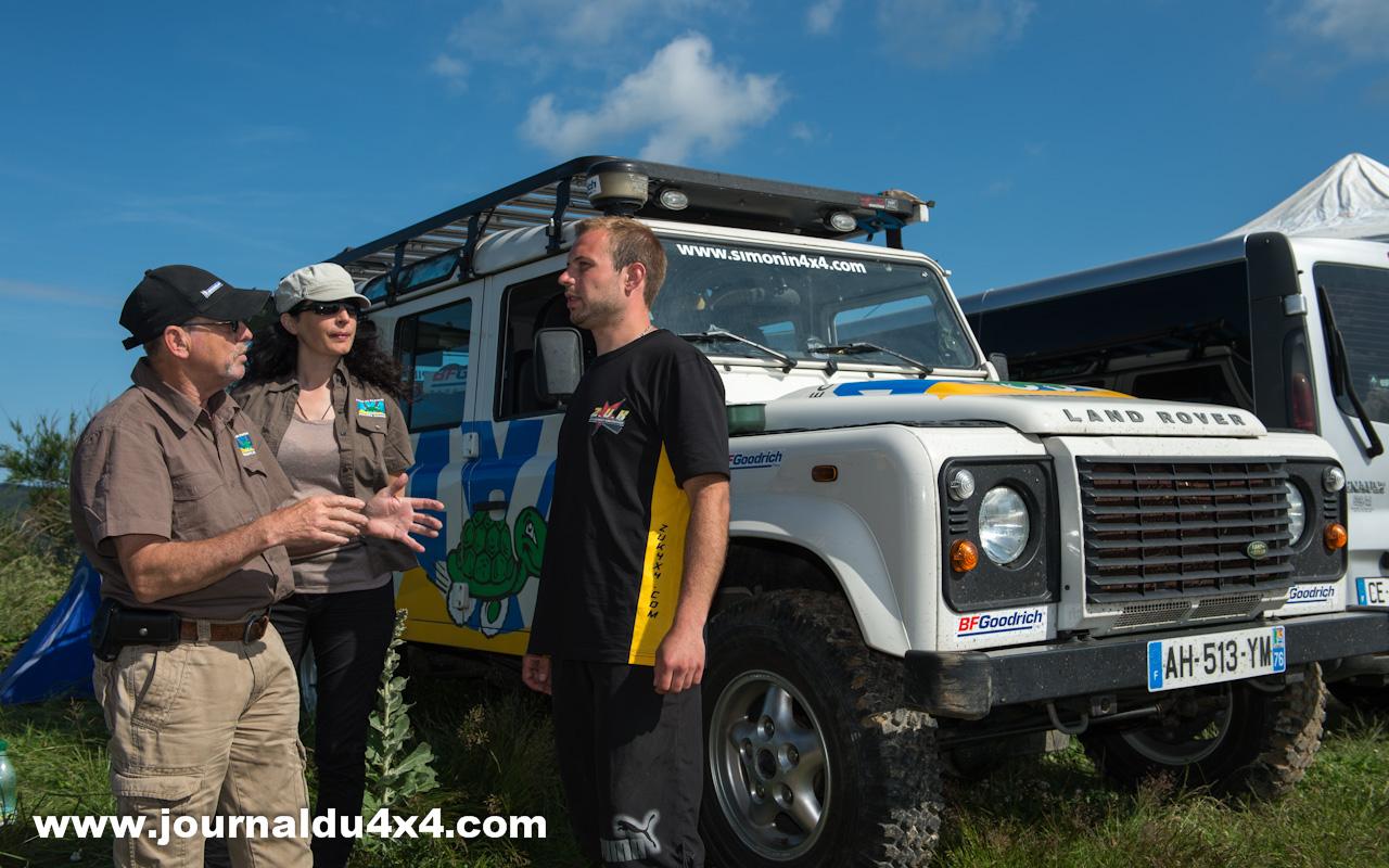 Philippe et Rachel Simonin tous les deux moniteurs de pilotage 4x4 préparant l'atelier de conduite avec Nelson