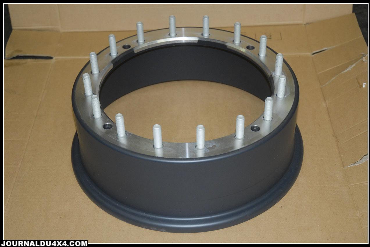 Montage à blanc de l'ensemble jante/Beadlock. Pour ceux qui n'auraient pas compris le principe, la bande de caoutchouc maintient les deux talons du pneu sur la jante quelle que soit la pression de gonflage.