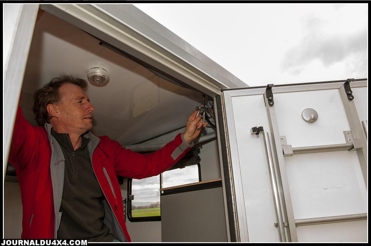 Christian nous montre que déplier le toit est très facile et rapide