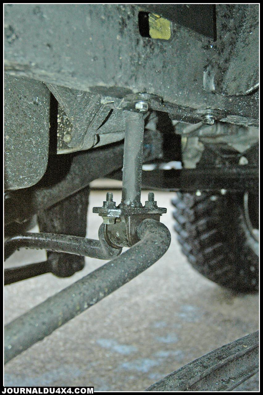 Support de barre anti-roulis rallongé et monté sur rotule dans sa partie supérieure.