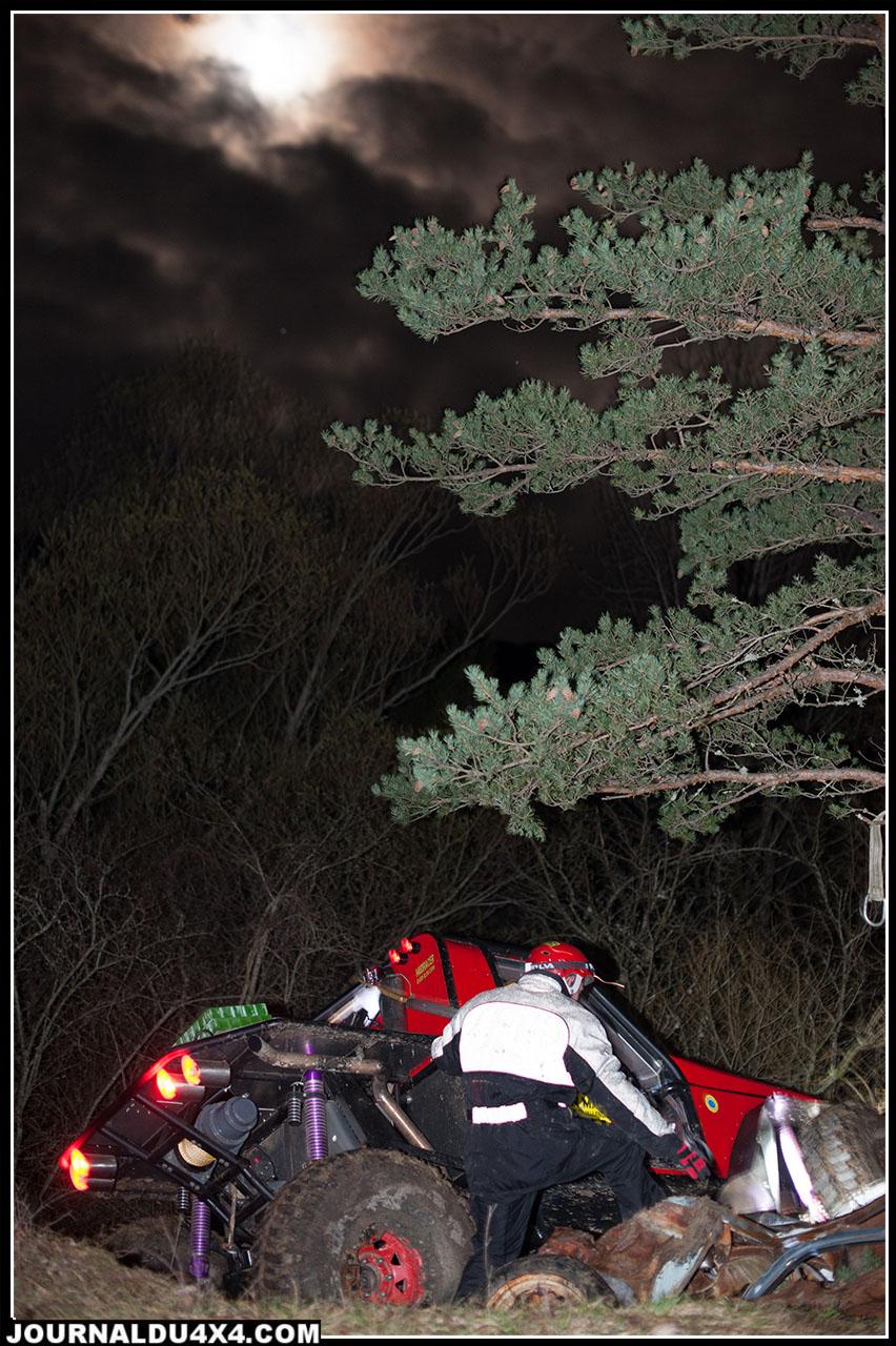 Deux passages traditionnels de la nocturne: le gué et les carcasses de voiture sur lesquelles il faut monter afin de perforer sa carte.