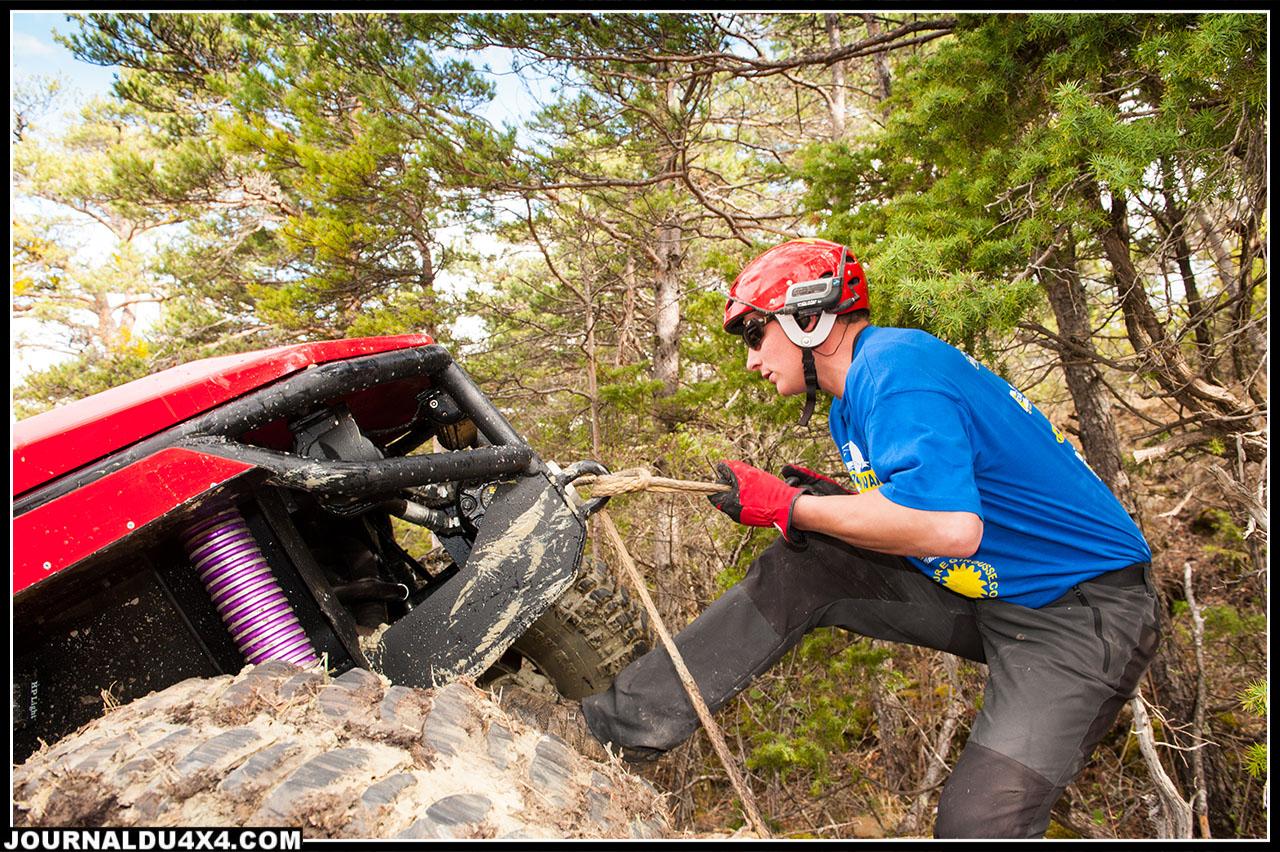 Impossible de s'inscrire au challenge sans un copilote vaillant et survolté qui aura la lourde tâche de guider le pilote et d'assurer la voiture avec les différentes treuils