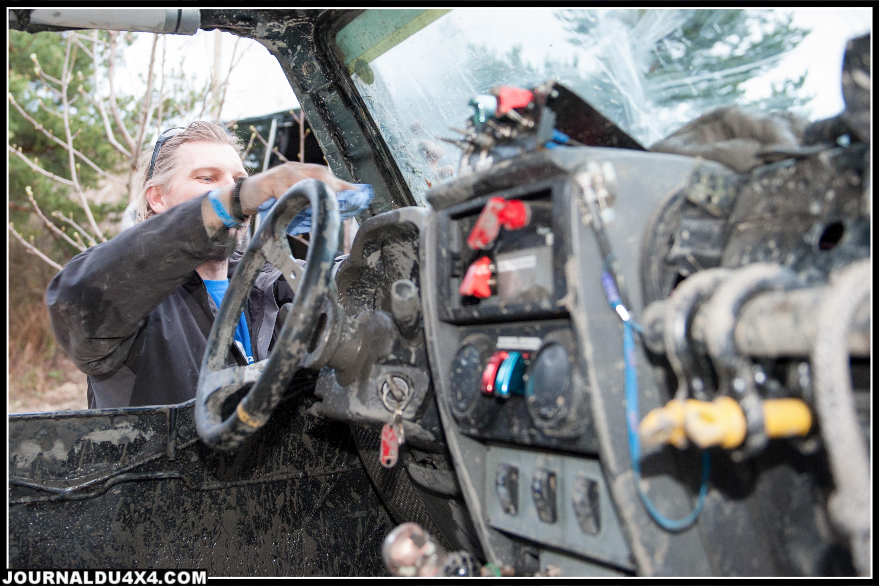 Stéphane de ZZ Kustom, certainement victime de fatigue intense, en train d'épousseter l'intérieur de sa Jeep