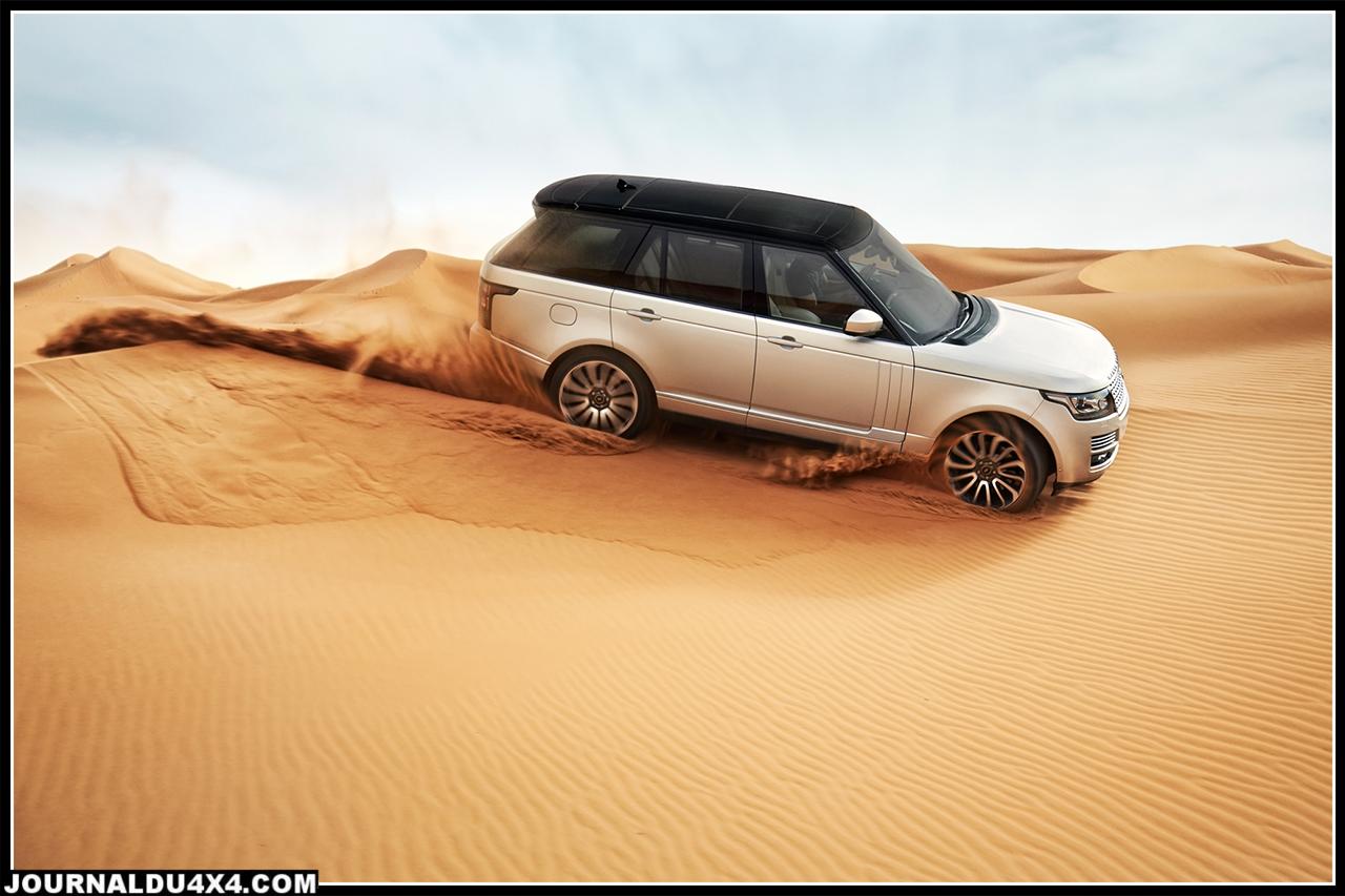 nouveau range rover dans le désert