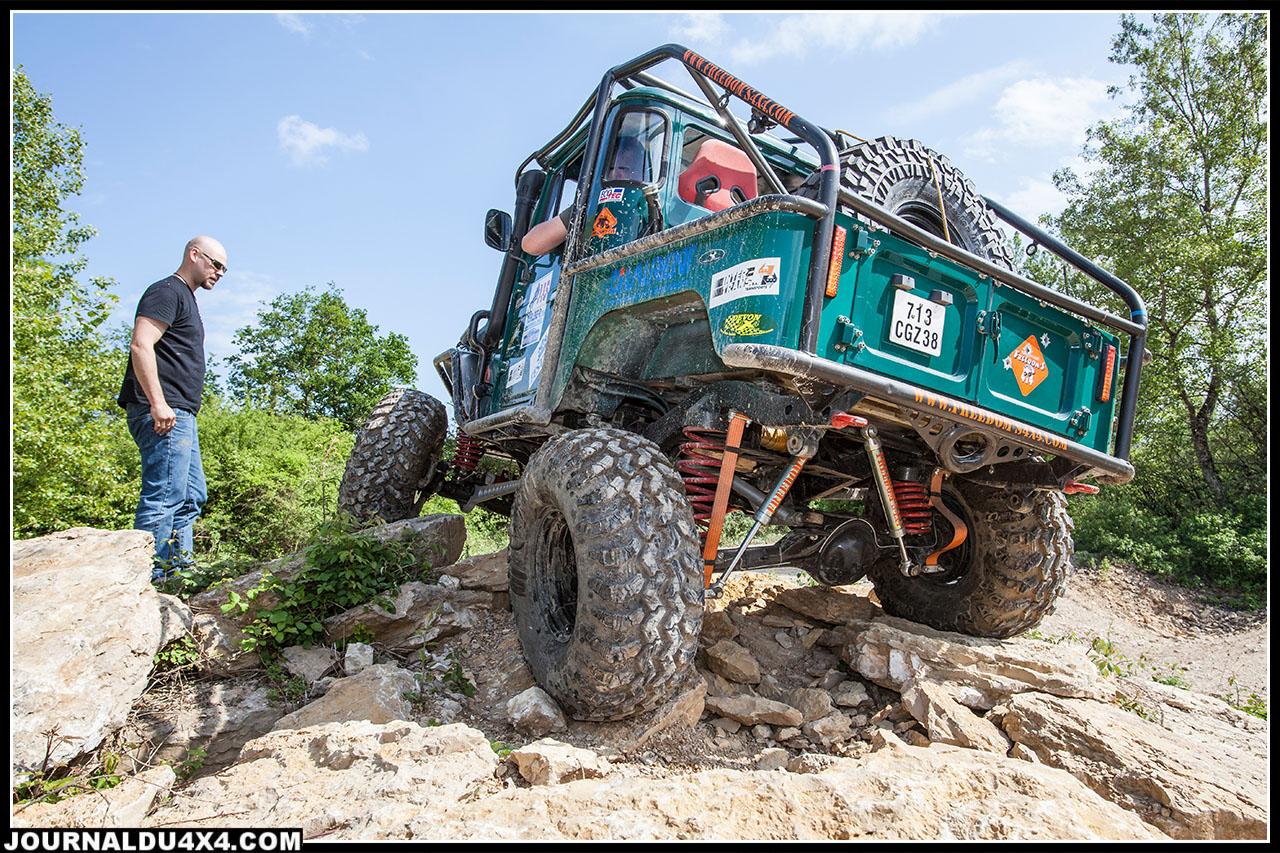 Le BJ 40 de Freedom s 4x4 préparé pour participer aux épreuves Xtrem telle que l'Andorra X-trem Challenge est équipé de suspension à ressorts hélicoïdaux, sur place il a fait sensation dans les zones
