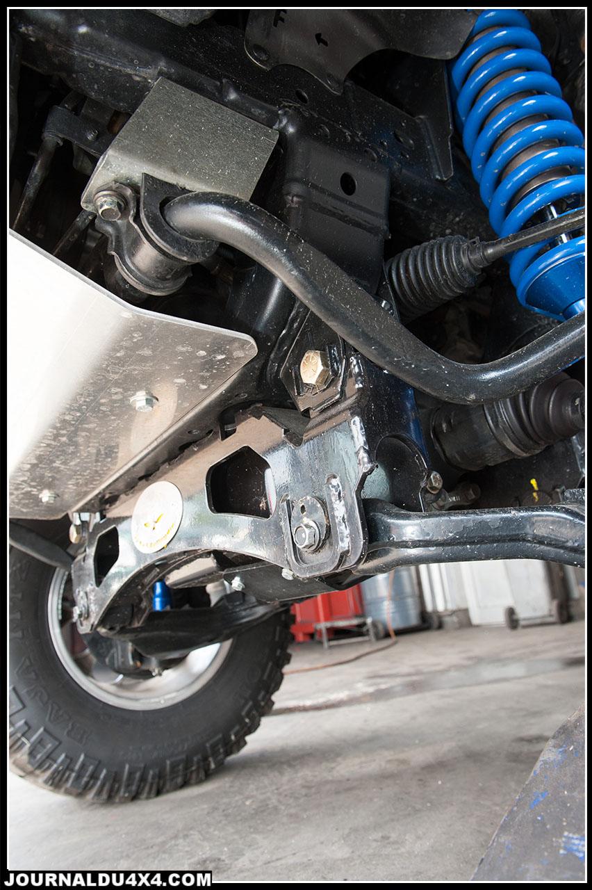 Le faux châssis permettant de rattraper les angles de travail des cardans a été installé sur des ancrages faits maison. Il est maintenu par des jambes de force qui l'empêchent de vriller.