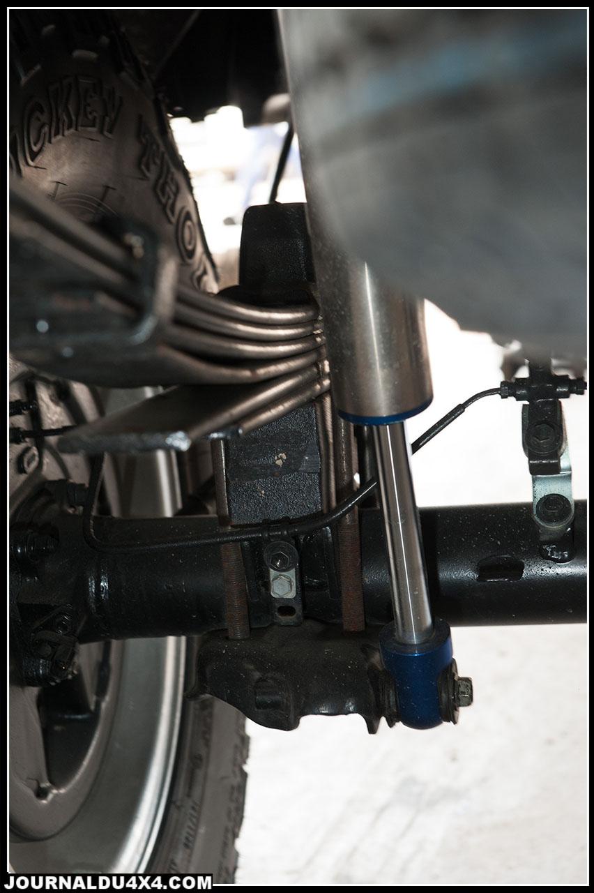 A l'arrière le kit comprend des cales à mettre au dessus du pont et des amortisseurs dont on devra refaire les ancrages, mais la mise en oeuvre reste relativement simple