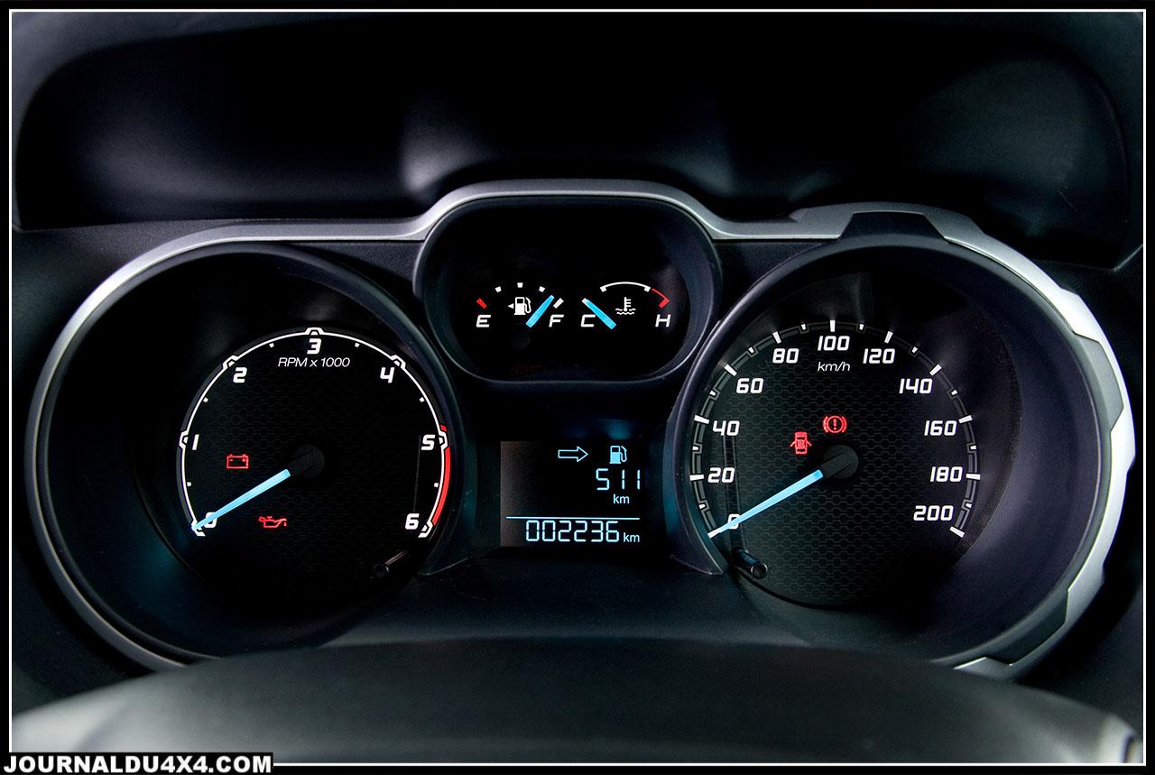 La planche d'instruments de bord rétro éclairée est complète et simple. Les informations sur les choix au niveau des transmissions en Off- road sont claires. Sur les modèles à boîtes manuelles, une flèche verte indique qu'il faut passer au rapport supérieur. Fuel economy oblige.