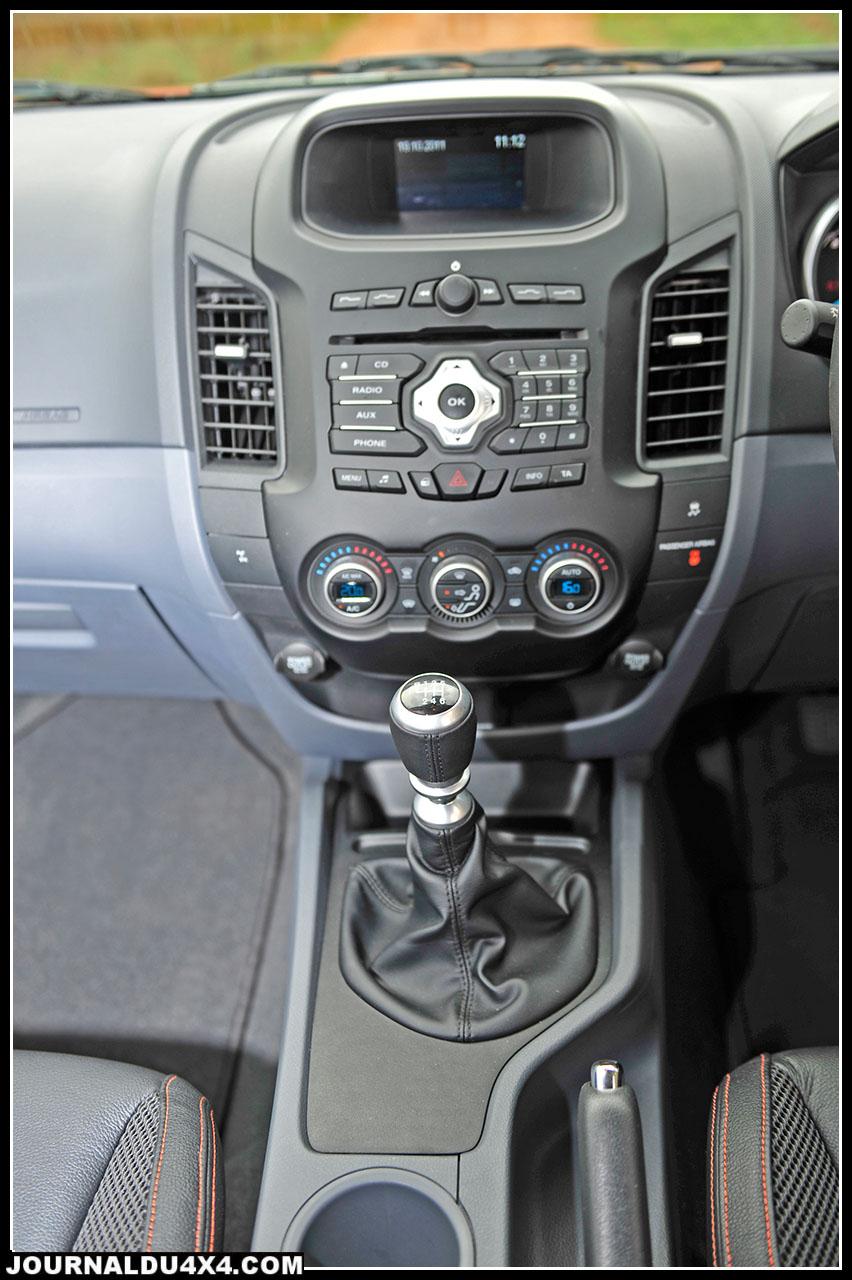 """La console centrale très ergonomique avec """"joystick"""" et écran couleur permet de contrôler, téléphone (bluethooth), système audio performant (radio, CD, MP3). Ces fonctions médias se commandent aussi via le volant."""