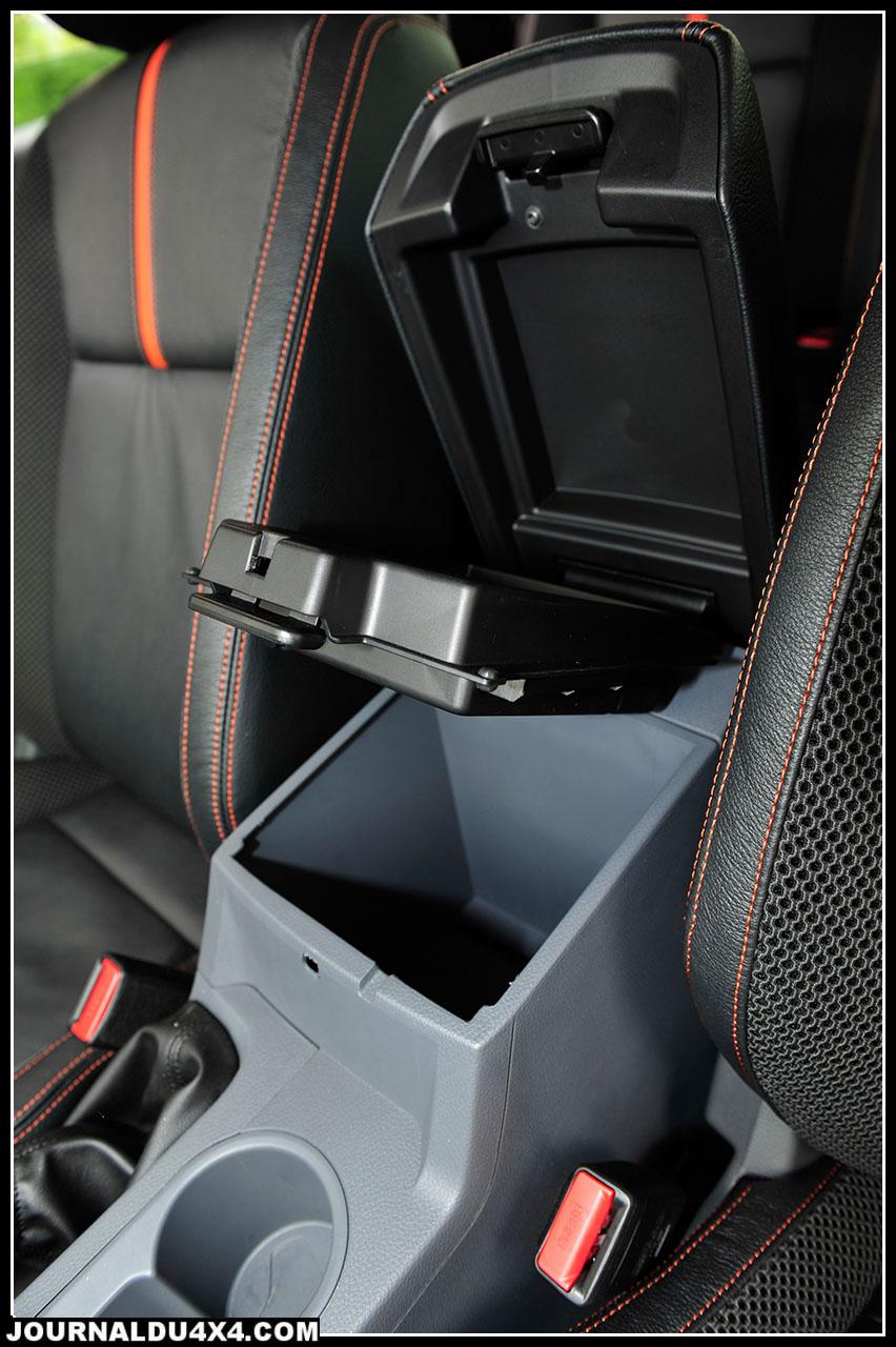En ce qui concerne les rangements, le Ford fait le plein avec pas moins de 16 emplacements dédiés, du classique cubby box et autres porte canettes en passant par le vide poche capable de contenir un ordinateur portable. Les passagers arrière ne sont pas en reste avec accoudoir central et sous la banquette 3 places, deux volumes bien pratiques.