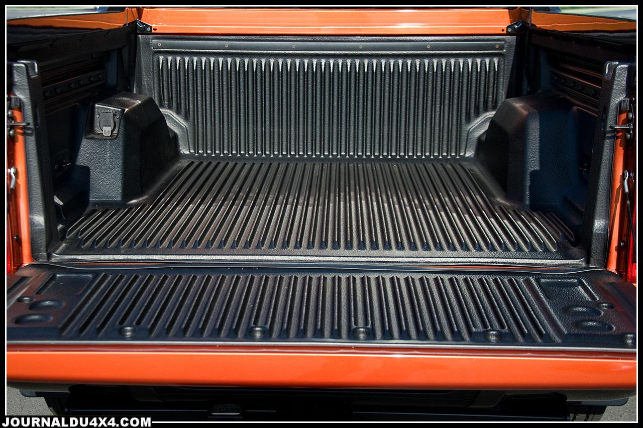 La benne arrière reste l'élément essentiel d'un pick up. Ford s'est efforcé de répondre au mieux aux attentes d'un marché mondial avec des dimensions respectables 1560 x 1544 mm  et une hauteur supérieure à la moyenne (511mm). Cette dernière dimension confère au Ranger un look qui rappelle son cousin le F- 150.