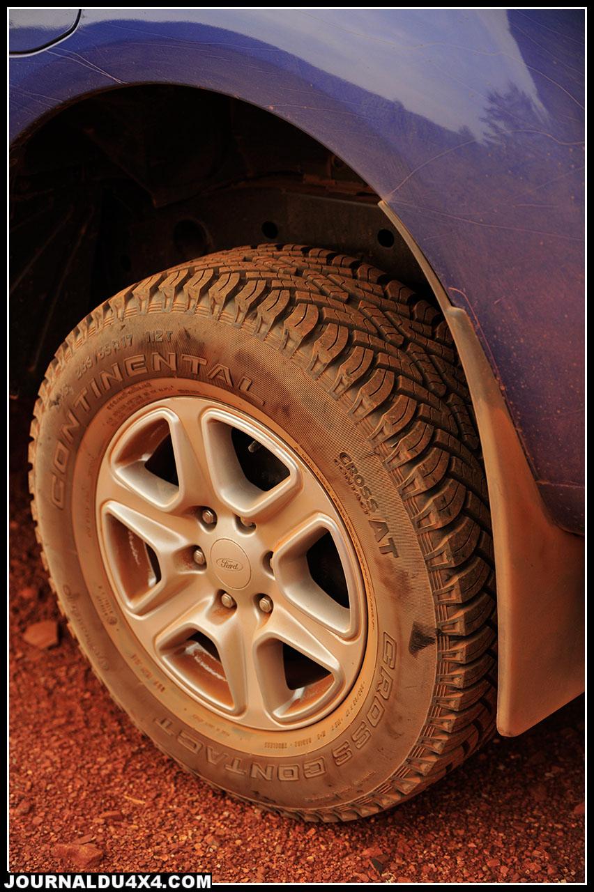 Le choix des pneumatiques Continental Cross Country A/T (mixte) participe au confort de roulage de ce Ford. Ici, montés sur des jantes alliages en 17', ces 265/ 65 R 17 offrent le compromis idéal routes/ franchissement / pistes Sud Africaines.